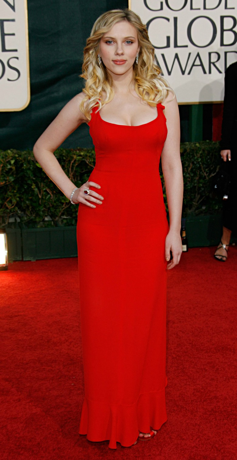 Scarlett Johansson wearing a red dress at the 2006 Golden Globes